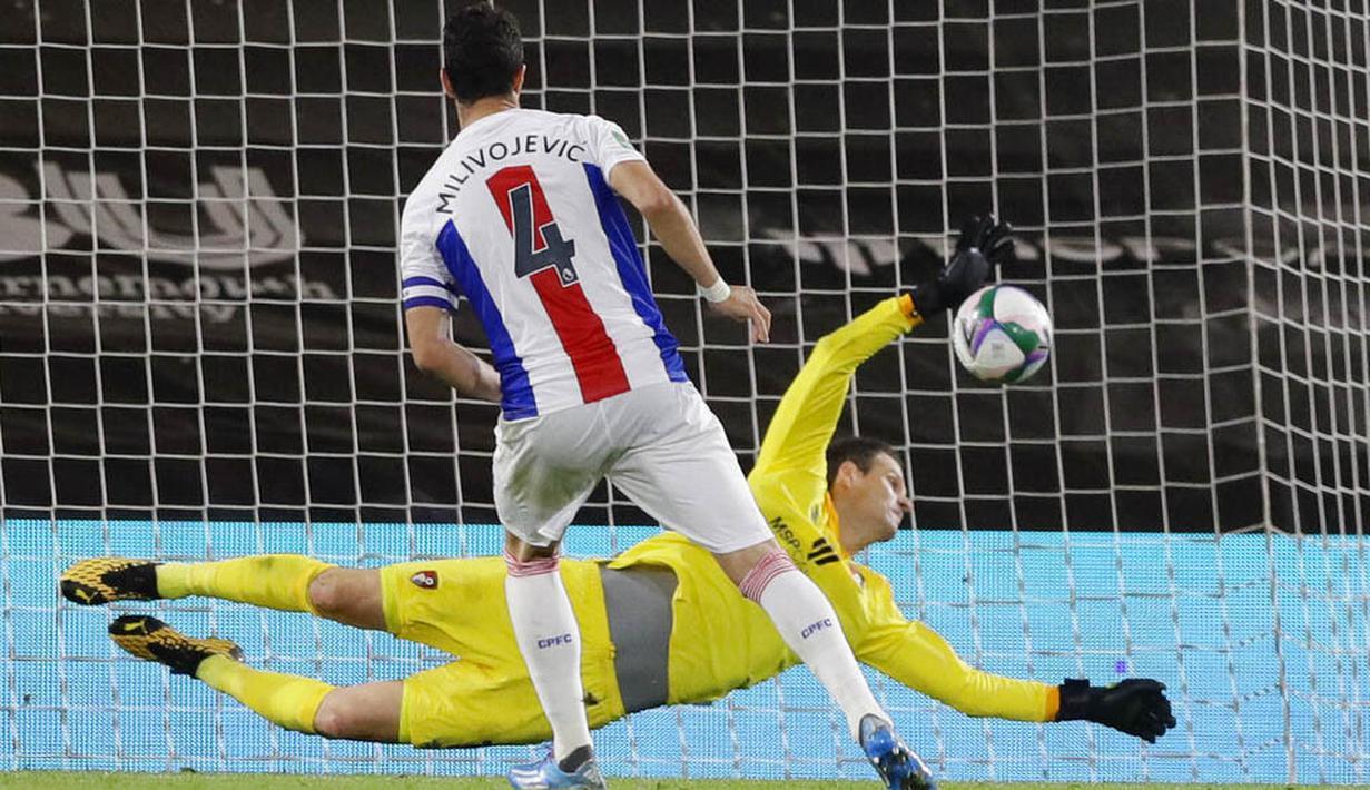 Kiper Bournemouth, Asmir Begovic, mengagalkan tendangan pemain Crystal Palace, Luka Milivojevic, pada laga Piala Liga Inggris di Stadion Dean Court, Rabu (16/9/2020). Bournemouth menang lewat adu penalti dengan skor 11-10. (AP Photo/Kirsty Wigglesworth, Pool)