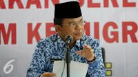 Ronny Sompie saat memberikan keterangan pers di di Kementerian Hukum dan Ham, Jakarta, Jumat (28/10). Pihak Imigrasi juga telah mendeportasi sebanyak 3.159 orang asing yang ketahuan melanggar aturan. (Liputan6.com/JohanTallo)
