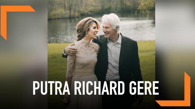 Pasangan Richard Gere dan Alejandra Silva tengah berbahagia. Mereka dikarunia seorang anak berjenis kelamin laki-laki.