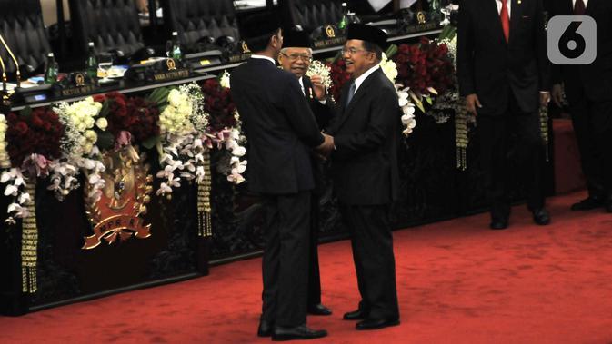 Joko Widodo atau Jokowi (kiri) dan Ma'ruf Amin (tengah) bersalaman dengan Wakil Presiden periode 2014-2019 Jusuf Kalla usai resmi dilantik sebagai Presiden dan Wakil Presiden RI periode 2019-2024 di Gedung Nusantara, Jakarta, Minggu (20/10/2019). (merdeka.com/Iqbal Nugroho)