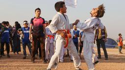 Mereka nampak mengenakan seragam Karate agar terlihat seperti pertandingan sesungguhnya yang digelar di Olimpiade Tokyo. (Foto:AFP/Omar Haj Kadour)