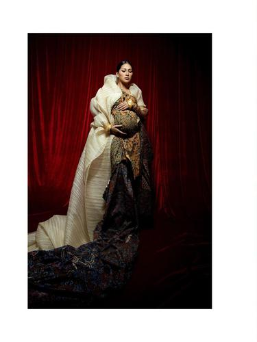 6 Gaya Maternity Shoot Terbaru Tata Janeeta, Memukau dengan Kain Batik