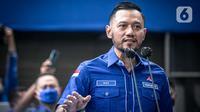 Ketum Partai Demokrat Agus Harimurti Yudhoyono (AHY) saat menanggapi ditolaknya hasil KLB Demokrat di Deli Serdang, di DPP Demokrat, Jakarta, Rabu (31/3/2021). AHY juga meminta kader partainya untuk tak euforia berlebihan, meski kepengurusan kubu Moeldoko telah ditolak. (Liputan6.com/Faizal Fanani)