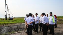 Presiden Joko Widodo berdiskusi dengan sejumlah menteri dan Gubernur Jawa Barat saat meninjau bandara Internasional Kertajati di Majalengka, Jawa Barat, (14/1). Bandara memiliki panjang runway 3.000 meter dan lebar 60 meter. (Liputan6.com/Faizal Fanani)
