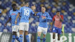Gelandang Napoli, Piotr Zielinski (kanan) bersama rekan setim merayakan gol pertama yang dicetaknya ke gawang Granada dalam laga leg kedua babak 32 Besar Liga Europa 2020/21 di Diego Armando Maradona Stadium, Kamis (25/2/2021). Napoli menang 2-1 atas Granada. (LaPresse via AP/Alessandro Garofalo)