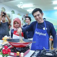 Demo memasak oleh Chef Nicky Tirta di Rumah Indofood Jakarta Fair 2019, JIExpo Kemayoran, Jakarta Pusat, 21 Juni 2019. (Daniel Kampua/Fimela.com)