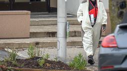Seorang pria yang mengenakan kostum panda berjalan keluar dari stasiun televisi Fox 45 di Baltimore, Amerika Serikat (AS), Kamis (28/4). Pria itu masuk dengan benda yang ia klaim sebagai sebuah bom terpasang di dadanya. (REUTERS/Bryan Woolston)