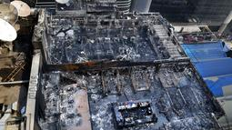 Sebuah restoran rusak parah setelah hangus terbakar di Mumbai, India (29/12). Insiden kebakaran yang terjadi sekitar pukul 00.30 dini hari Jumat tersebut menewaskan 15 orang. (AP Photo/Rajanish Kakade)