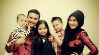 Sahrul Gunawan dan Indriani Hadi bersama ketiga anak mereka [foto: instagram/_sahrulgunawan]