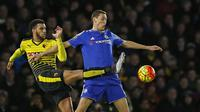 Gelandang Chelsea, Nemanja Matic, menahan laju pemain Watford, Etienne Capoue, pada laga Liga Premier Inggris. Sementara Watford kini berada pada peringkat ke-9. (Reuters/John Sibley)