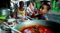Karena kondisi yang kurang memumpuni, mereka terpaksa mengolah limbah menjadi makanan. (doc: Beepdo.com)