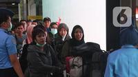 WNI yang telah selesai menjalani masa observasi virus corona dari Natuna, menuju terminal keberangkatan di Bandara Halim Perdanakusuma, Jakarta, Sabtu (15/2/2020). Pemerintah secara resmi memulangkan 238 WNI ke daerah masing-masing karena telah dinyatakan sehat. (Liputan6.com/Herman Zakharia)