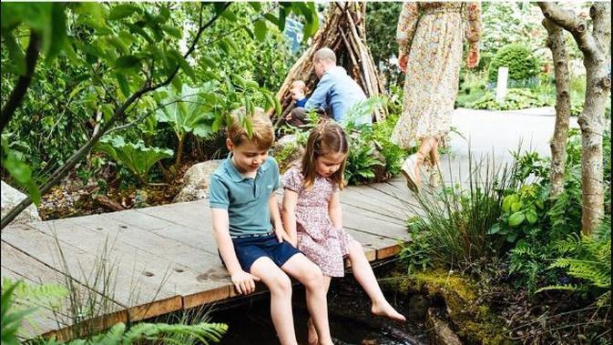 Pangeran George dan Putri Charlotte menghabiskan waktu bersama di taman terbaru mereka. (dok. Instagram @kensingtonroyal/https://www.instagram.com/p/BxqMfZglEOv/Dinny Mutiah)