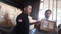 Ketua KPU Kabupaten Grobogan Agung Sutopo menurunkan logistik Pemilu 2019 yang datang lebih cepat dari jadwal. (foto: Liputan6.com / felek wahyu)