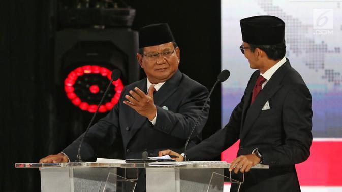 Capres dan Cawapres nomor urut 02 Prabowo Subianto-Sandiaga Uno berbincang saat beradu gagasan selama Debat Pilpres 2019 kelima di Jakarta, Sabtu (13/4). Debat kelima mengambil tema Ekonomi, Kesejahteraan Sosial, Keuangan dan Investasi. (Liputan6.com/Johan Tallo)#source%3Dgooglier%2Ecom#https%3A%2F%2Fgooglier%2Ecom%2Fpage%2F2019_04_14%2F455724