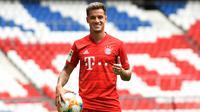 Pemain baru Bayern Munchen Philippe Coutinho berpose saat presentasi di Munich, Jerman, Senin (19/8/2019). Coutinho pindah ke Bayern Munchen setelah gagal bersinar bersama Barcelona. (CHRISTOF STACHE/AFP)