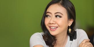 Demi kesembuhan buah hatinya, berbagai cara telah dilakukan oleh Asri Welas. Kini, presenter dan pemeran itu sedang menunggu hasil pemeriksaan darah Rayyan Gibran Ridha Rahardja dari Malaysia. (Bambang E Ros/Bintang.com)
