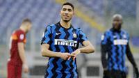 Pemain Inter Milan, Achraf Hakimi, melakukan selebrasi usai mencetak gol ke gawang AS Roma pada laga Liga Italia di Stadion Olimpico, Roma, Minggu (10/1/2021). Kedua tim bermain imbang 2-2. (AP Photo/Gregorio Borgia)