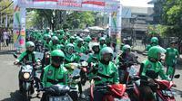 Ratusan driver grab berpartipasi pada pawai obor Asian Games 2018 di Bandung, Sabtu (11/8/2018). (Bola.com/Muhammad Ginanjar)
