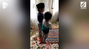 Seorang kakak menjanjikan mainan kepada adiknya agar mau solat berjamaah.