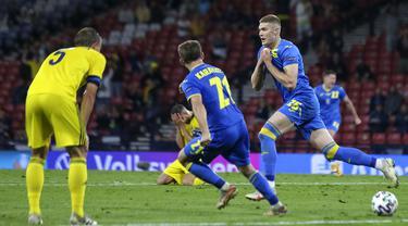 Ukraina berhasil memenangkan pertandingan 16 besar Euro 2020 ketika menghadapi Swedia. Artem Dovbyk menjadi pemain kunci kemenangan Ukraina pada duel tim kuda hitam Euro 2020 tersebut. (Foto: AP/Pool/Robert Perry)