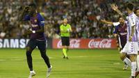 Winger Barcelona, Ousmane Dembele, merayakan gol yang dicetaknya ke gawang Real Valladolid, di Estadio Jose Zorrilla, Minggu (26/8/2018) dini hari WIB. (AP Photo/Andrea Comas)