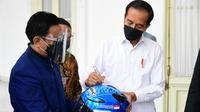 Presiden Mandalika Racing Team, Rapsel Ali (kiri) bersama Presiden Jokowi  pada sebuah kesempatan. (Dokumentasi Mandalika Racing Team)