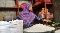 Pedagang beras di pasar tradisional Cilacap, Jawa Tengah. (Liputan6.com/Muhamad Ridlo)