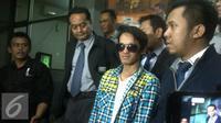 Reza Pahlevi (mengenakan baju kotak-kotak) melaporkan Indra Bekti ke Polda Metro Jaya dengan tuduhan melakukan pelecehan. [Foto: Rizky Aditya Saputra/Liputan6.com]