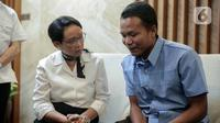 Menteri Luar Negeri Retno Marsudi berbincang dengan salah satu ABK WNI saat upacara serah terima di Jakarta, Kamis (26/12/2019). Maharudin Lunani (48) dan Samiun Maneu (27) yang disandera kelompok Abu Sayyaf di Filipina berhasil dibebaskan pada 22 Desember 2019. (Liputan6.com/Faizal Fanani)