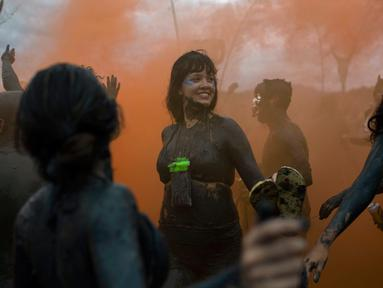 "Seorang wanita saat mengikuti ""Bloco da Lama"", pesta mandi lumpur di Paraty, negara bagian Rio de Janeiro, Brasil (2/3). ""Bloco da Lama"" diketahui sudah ada sejak 1986 lalu. (AFP Photo/Mauro Pimentel)"
