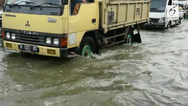 Banjir yang menggenangi jalur Pantura dari Kota Semarang menuju Kabupaten Demak sudah berlangsung selama sepekan. Sopir mengeluh merugi akibat banjir menimbulkan kemacetan panjang