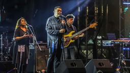 Musisi Tulus tampil pada hari kedua Synchronize Fest 2019 di Gambir Expo, Kemayoran, Jakarta, Sabtu (5/10/2019). Tulus membawakan lagu Monokrom, Sewindu, Teman Hidup, dan ditutup dengan Manusia Kuat. (Liputan6.com/Faizal Fanani)