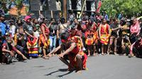 Ribuan pekerja seni dan hiburan yang tergabung dalam Asosiasi Pekerja Seni Surabaya (APSS) menggelar aksi unjuk rasa di Balai Kota Surabaya. (Foto: Liputan6.com/Dian Kurniawan)