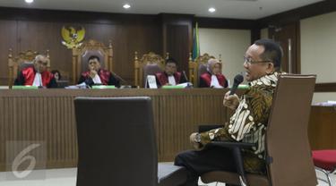 Mantan Sekretaris MA Nurhadi saat menjalani sidang kasus suap Panitera PN Jakpus di Pengadilan Tipikor, Jakarta, Rabu (26/10).  Nurhadi menjadi saksi terdakwa Edy Nasution. (Liputan6.com/Helmi Afanadi)