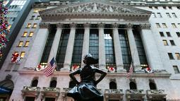 Patung Fearless Girl berdiri di lokasi barunya di depan bursa efek New York, Selasa (11/12). Patung yang menginspirasi jutaan orang dengan pesan feminisme itu sebelumnya berada di depan patung banteng 'Charging Bull' di Broadway (AP/Mark Lennihan)