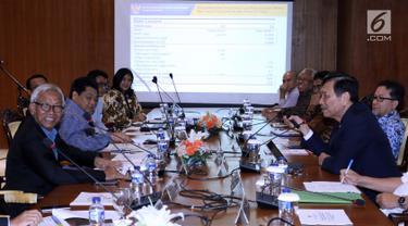 Menko Bidang Kemaritiman Luhut Binsar Panjaitan (kanan) bersama Wakil Ketua DPR Agus Hermanto (kiri) saat rapat koordinasi membahas pengembangan industri kendaraan bermotor listrik nasional di Gedung DPR, Jakarta, Kamis (29/11). (Liputan6.com/JohanTallo)