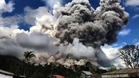 Warga diimbau agar menjauhi zona bahaya Gunung Sinabung di Kabupaten Karo, Sumut, karena masih berpotensi terjadi erupsi, awan panas, dan guguran lava. (Foto: Istimewa/BNPB/Liputan6.com/Reza Efendi)