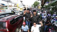 Pasangan Moch Anton dan Samsul Mahmud naik jip terbuka diiringi ribuan massa menuju KPU Kota Malang (Liputan6.com/Zainul Arifin)