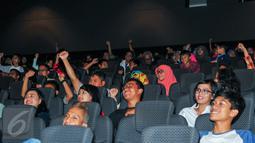 Sejumlah peserta tampak antusias mengikuti nonton bareng Cinemaholic di Blitz Megaplek, Jakarta, Sabtu (21/5/2016). Cinemaholic dan Primagama gelar nonton bareng film X-Men Apocalypse. (Liputan6.com/Yoppy Renato)