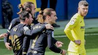Gelandang Barcelona, Antoine Griezmann (tengah) bersama rekan setim merayakan gol pertama yang dicetaknya ke gawang Villarreal dalam laga lanjutan Liga Spanyol 2020/2021 pekan ke-32 di The Ceramica Stadium, Villarreal, Minggu (25/4/2021). Barcelona menang 2-1 atas Villarreal. (AP/Alberto Saiz)