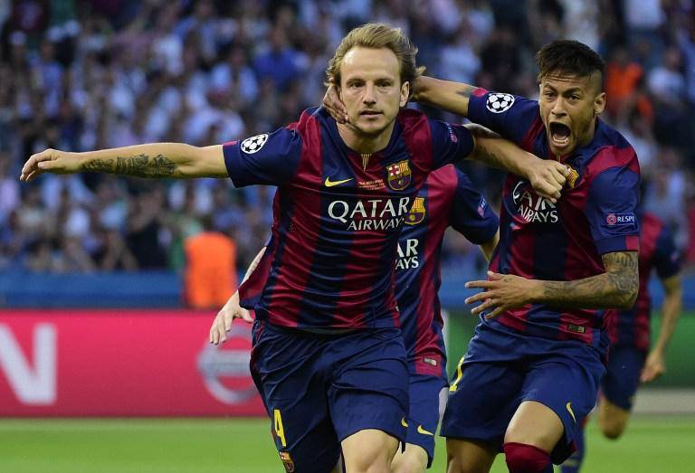 Ivan Rakitic melakukan selebrasi bersama Neymar (AFP Photo/Oliver Morin)