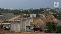 Anak-anak bermain di proyek pembangunan kereta cepat yang sedang dalam tahap pengerjaan di Padalarang, Kabupaten Bandung, Sabtu (25/9/2021). Kereta cepat Jakarta-Bandung ditargetkan beroperasi pada akhir tahun 2022 dan akan dilakukan uji coba pada November 2022 mendatang. (Liputan6.com/Johan Tallo)