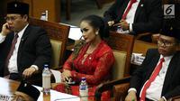 Anggota DPR Krisdayanti (tengah) saat mengikuti Rapat Paripurna ke-2 di Kompleks Parlemen, Jakarta, Selasa (1/10/2019). Diva asal Batu tersebut dilantik sebagai anggota DPR periode 2019-2024. (Liputan6.com/JohanTallo)