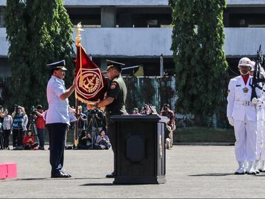 Marsekal TNI Hadi Tjahjanto menerima Panji TNI dari pejabat lama Jenderal TNI Gatot Nurmantyo dalam upacara Sertijab Panglima TNI di Mabes TNI Cilangkap,  Sabtu (9/12). Hadi resmi menjadi Panglima TNI setelah Presiden Jokowi. (Liputan6.com/Faizal Fanani)