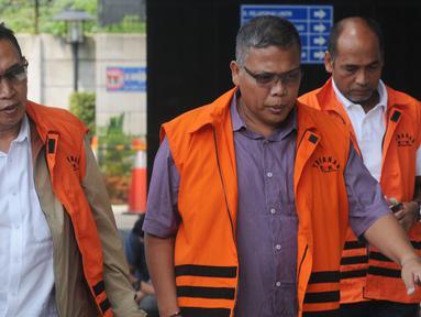 Tiga tersangka Sekjen KONI Ending Fuad Hamidy, Deputi IV Kemenpora Mulyana dan Pejabat Pembuat Komitmen (PPK) SPAM Lampung Anggiat Partunggal Nahot Simaremare tiba di gedung KPK, Jakarta, Senin (7/1). (Merdeka.com/Dwi Narwoko)