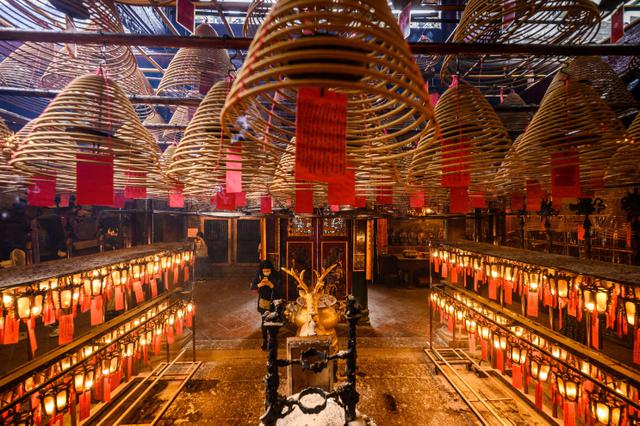 Berdoa di Kuil Man Mo Hong Kong