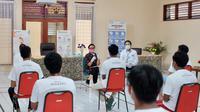 Menlu Retno Marsudi berbincang dengan ABK dari kapal Long Xiu 629. Dok: Kemlu