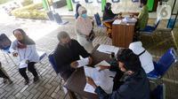 Petugas mengecek data warga Desa Curug sebelum menyerahkan Bantuan Langsung Tunai Dana Desa (BLT-DD) di Kantor Desa Curug, Kabupaten Bogor, Jawa Barat, Kamis (17/09/2020). Bantuan tersebut diberikan kepada 155 per KK untuk bisa mengurangi akibat terdampak COVID-19. (merdeka.com/Dwi Narwoko)