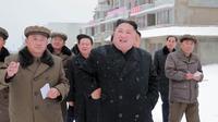 Pemimpin Korea Utara Kim Jong-Un saat mengunjungi Samjiyon County di Provinsi Ryanggang yang berbatasan dengan China (30/10). (Photo by KCNA VIA KNS / KCNA VIA KNS / AFP)